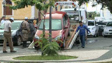 Prefeitura de São Luís tenta fiscalizar estacionamentos na Praça Pedro II - Há anos, muitos motoristas estacionam irregularmente no local.