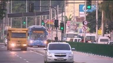 Transcarioca tem seu primeiro acidente após sua inauguração - Na Taquara, um motorista teria tentado fazer um retorno proibido e foi atingido pelo ônibus da Transcarioca. Segundo a BRT, foi o primeiro acidente ocorrido no local.