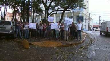 Funcionários públicos fizeram um protesto em frente a prefeitura de Foz do Iguaçu - Eles querem a retomada das negociações para a reposição salarial.
