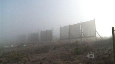 Homens coletam água de neblina para fazer reflorestamento no Chile - O sistema funciona de um jeito bem simples: as gotículas de neblina condensam na rede, caem na canaleta e descem por um cano até um reservatório d'água. Em quatro anos a comunidade de Penã Blanca conseguiu coletar 800 mil litros de água da neblina.