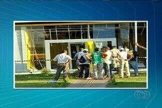 Criminosos explodem agência bancária em São Simão - Estabelecimento ficou destruído. Policiais militares buscam por suspeitos, que fugiram em um carro e se esconderam em matagal.