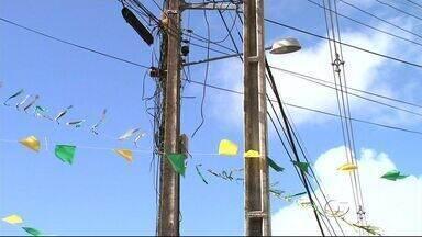 Eletrobras alerta sobre o risco de amarrar banderinhas em postes de energia - Gerente de segurança da Eletrobras, Jorge Rocha, dá dicas para torcedor não levar choque elétrico.