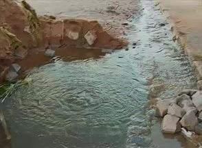 Desperdício de água revolta moradores do Bairro Agamenon, em Caruaru - Cano estourado será consertado pela Compesa.