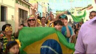 Moradores de Viçosa capricham na decoração para a Copa do Mundo - O cantor Zizi Melo fez uma música em ritmo de forró em homenagem à Copa.