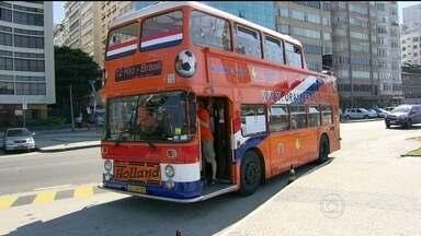 Segurança, muita torcida e ônibus laranja: a seleção da Holanda está em destaque no Rio - A equipe holandesa está hospedada em um hotel em Ipanema. Na manhã desta segunda-feira (9), o time foi treinar na sede do Flamengo, na Gávea.