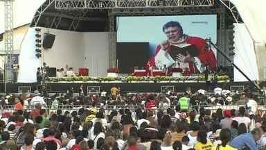 Mais de 400 mil pessoas participam do último dia de festas de Pentecostes - A festa católica do Taguaparque recebeu pessoas de todos os lugares. Segundo a Polícia Militar, durante os três dias de encontro, passaram por lá 900 mil fiéis.