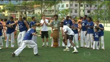 Time da Inglaterra joga capoeira na Rocinha - A seleção da Inglaterra teve uma agenda cheia no Rio. O time foi à Rocinha, dançou e jogou capoeira.