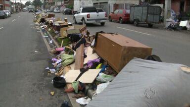 Moradores espalham na rua móveis e roupas perdidos depois da chuva - Segunda-feira de muito trabalho para os moradores da região de Curitiba
