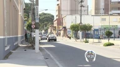 Mulher de 30 anos morre atropelada na calçada em Jacareí, SP - Motorista e três pessoas que estavam no carro fugiram sem prestar socorro. Vítima tinha 30 anos e estava voltando para a casa após o trabalho.