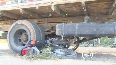 Motociclista morre atropelado por caminhão em Pindamonhangaba, SP - Segundo Bombeiros, caminhão teria feito uma ultrapassagem irregular. Motorista não conseguiu frear e atropelou piloto da motocicleta.