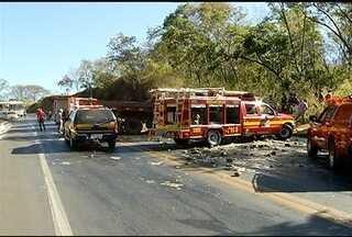 Sete pessoas ficam feridas em acidentes no Norte de Minas - Em Januária, um acidente entre um caminhão e um carro de passeio deixou duas pessoas feridas.