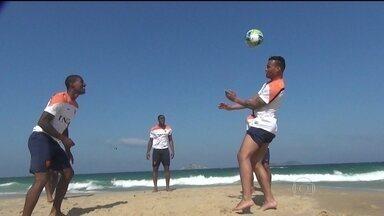 Jogadores da Holanda movimentam praia de Ipanema - A seleção holandesa movimentou a praia de Ipanema, depois de um treino na Gávea. Torcedores aguardaram os jogadores na porta do hotel.