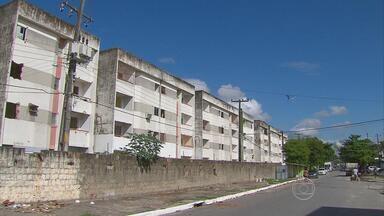 Famílias que desocuparam conjunto residencial no Recife esperam decisão da Justiça - Moradores saíram do conjunto Eldorado, no Arruda.