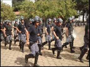 Polícias do noroeste paulista participam de exercício de controle de tumultos - Policiais militares de Araçatuba (SP) e Andradina (SP) participaram nesta segunda-feira (9) de um exercício de controle de tumultos e manifestações.