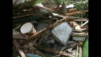 Um agricultor morreu soterrado depois de um deslizamento de terra - A esposa do agricultor, o filho e o cunhado foram atingidos pelo fogão à lenha e estão internados no hospital de Quedas do Iguaçu, com queimaduras.
