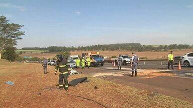Homem morre após bater atrás de caminhão em Ribeirão Preto - Motorista perdeu o controle perto da saída para a Rodovia Mário Donegá