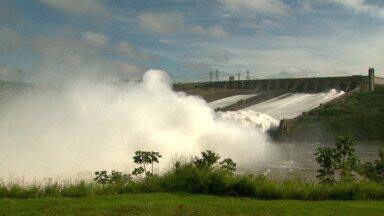 Itaipu abre segunda comporta - Com a chuvarada do fim de semana, a Itaipu precisou a abrir hoje a segunda calha do vertedouro para escoar a água.