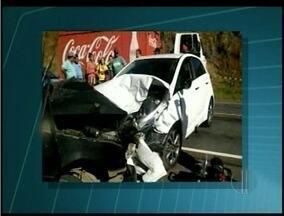 Um morto e dois feridos em acidente na BR-356 em Cardoso Moreira, RJ - Acidente envolveu dois carros de passeio no km 83 da rodovia.Feridos foram encaminhados para hospitais da região.