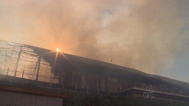 Incêndio destrói galpão de fábrica de motos em Manaus - Unidade da Dafra fica localizada no bairro Santa Etelvina. Fogo começou por volta de 3h da madrugada desta segunda e foi controlado.