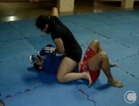 Mulheres aderem a prática do MMA e mostram força e disposição - Mulheres aderem a prática do MMA e mostram força e disposição