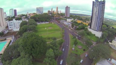 Veja a abertura especial do Paraná TV em comemoração ao Centenário de Foz - Enxergamos o mundo num piscar de olhos, sem sair daqui.Uma terra de harmonia, onde os povos se encontram, se entendem.