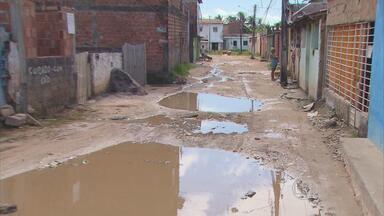 Moradores de loteamento em Paulista sofrem com ruas sem calçamento - Quando chove, alaga e há muitos buracos. Os veículos passam com dificuldades.