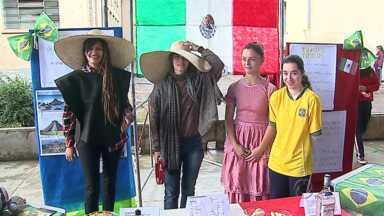 Projeto transforma escola em Palmeira em cidade sede da Copa do Mundo - Alunos estudaram e montaram uma feira com tudo sobre os 32 países que virão para o mundial.