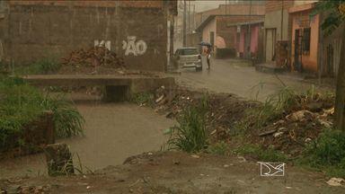 Vala na Vila Esperança, São Luís, tem causado muitos transtornos aos moradores - Sem escoamento, a água acumulada invade as casas e deixa tudo alagado. Tem gente que já perdeu até os móveis com a enxurrada.