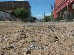 Moradores reclamam de buracos no Bairro Bom Jesus, em Serra Talhada - Prefeitura informou que ainda não existe projeto para resolver o problema.