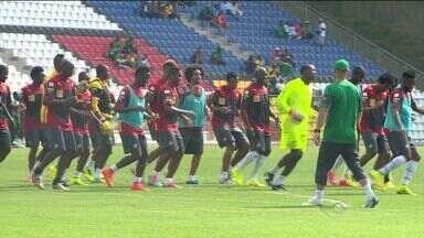 Seleção de Camarões realiza primeiro treino em estádio do ES - Atividade ocorreu no estádio Kléber Andrade, em Cariacica. A estrela do time, Samuel Eto'o, esbanjou simpatia e conquistou a torcida capixaba.