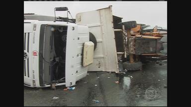 Acidente com caminhão deixa cinco feridos no Agreste de PE - Colisão ocorreu na BR-104.