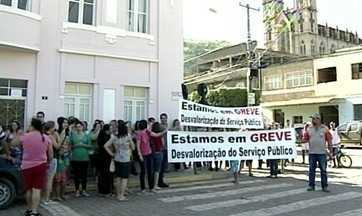 Servidores de Itaguaçu, no Noroeste do ES, entram em greve - De acordo com o sindicato, esta é a primeira paralisação dos 99 anos de criação do município. Nesta terça-feira (10), eles foram às ruas protestar.