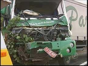 Motorista fica ferido após acidente entre caminhões na Marechal Rondon em Bauru - Segundo a polícia, o motorista da carreta perdeu o controle da velocidade e acabou batendo na traseira do caminhão carregado de sucata. Ele ficou preso nas ferragens e teve de ser socorrido às pressas.