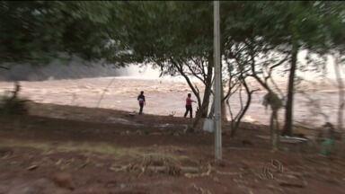 Moradores dizem que não foram avisados de que comportas seriam abertas - Casas foram arrastadas