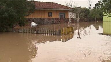 São Mateus do Sul continua com dezenas de casas alagadas - Rio continua subindo