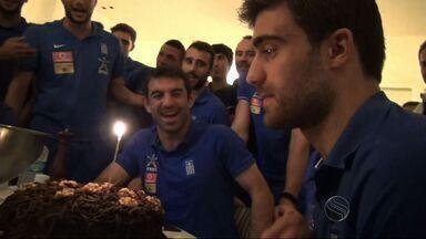 Zagueiro da Grécia ganha festa de aniversário surpresa em Aracaju - Jogador completou 26 anos de idade e recebeu um presente dos companheiros de seleção