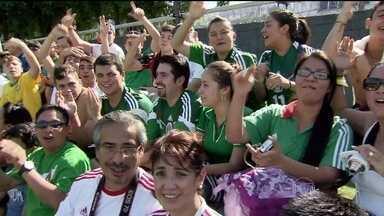 Time do México faz treino em Santos com apoio de uma grande torcida - O primeiro treino da equipe no centro de treinamento Rei Pelé foi aberto ao público. Já no treino desta terça-feira (10), o técnico Miguel Herrera decidiu fazer mistério. Portões fechados para os jornalistas e para a torcida também.