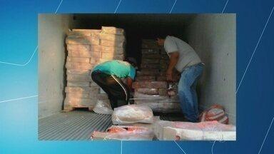 Fiscais da Adaf apreendem 65 toneladas de frango irregular, em Manaus - Material veio de São Paulo para supermercados da capital.