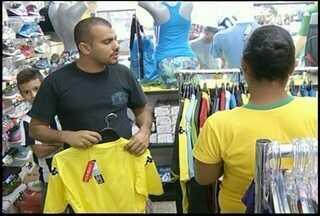 Comércio de Campos, RJ, tem bom movimento para as compras do dia dos namorados - Copa do Mundo cai no mesmo dia dos namorados.
