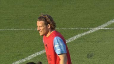 Atacante Forlan foi o centro das atenções no treino do Uruguai - Atacante Forlan foi o centro das atenções no treino do Uruguai