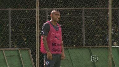 Dois dos principais jogadores da Seleção Chilena estão liberados para entrar em campo - Profissionais haviam sofrido lesões e ainda eram dúvida no mundial. No último treinamento da equipe, os dois entraram em campo e mostraram estar preparados para a disputa.