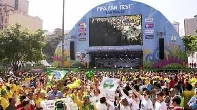 Fanfest em São Paulo reúne multidão no Vale do Anhangabaú - Filas se formaram desde cedo, com brasileiros e estrangeiros interessados nos shows e na transmissão ao vivo do jogo de abertura da Copa do Mundo de 2014.