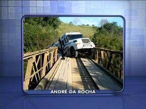 Ponte em André da Rocha, RS, cai com passagem de caminhão - Motorista não ficou ferido. Trânsito no trecho está bloqueado.