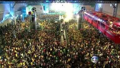 Torcedores de Belo Horizonte comemoram vitória brasileira - Uma multidão está no Expominas comemorando a vitória da seleção brasileira na estreia da Copa do Mundo.