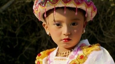 Crianças são iniciadas nos ensinamentos de Buda em cerimônia - A iniciação de um monge é como se fosse para os católicos a cerimônia do batismo. A festa dura praticamente o dia inteiro.