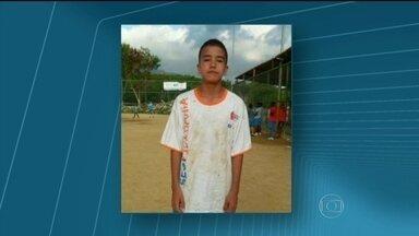 Adolescente morre baleado na Cidade de Deus - O adolescente, de 13 anos, morreu baleado neste domingo (16), na localidade conhecida como Reta do Barracos. Ele foi atingido durante um confronto entre PMs da UPP e traficantes.