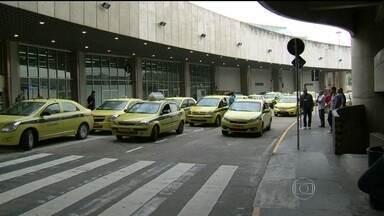 Taxistas são flagrados abordando turistas no Aeroporto Internacional Tom Jobim - Taxistas são flagrados abordando turistas e torcedores que chegam ao Rio, no Aeroporto Internacional Tom Jobim. As cobranças são oferecidas no tiro, fora do taxímetro. As mesmas irregularidades foram observadas na rodoviária Novo Rio.