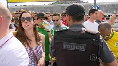 Policiais reforçam segurança em torno do Maracanã neste domingo (22) - Torcedores que se dirigiram ao estádio perceberam e aprovaram o reforço na segurança. Mesmo assim, cambistas foram flagrados comprando e vendendo ingressos para o jogo livremente.