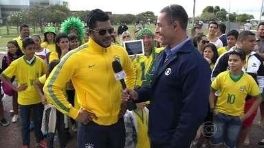 Sósia de Hulk dá palpite sobre placar do jogo de hoje - Felipe chutou um placar de 2x0 para o Brasil, com gols de Hulk