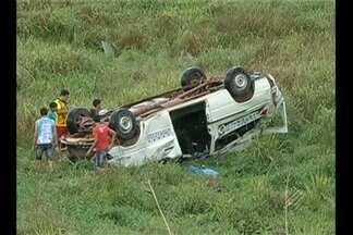 Duas pessoas morreram em acidente na BR-155, em Marabá - De acordo com a polícia, motorista de carro tentou fazer ultrapassagem e bateu em uma van que seguia para Eldorado dos Carajás.